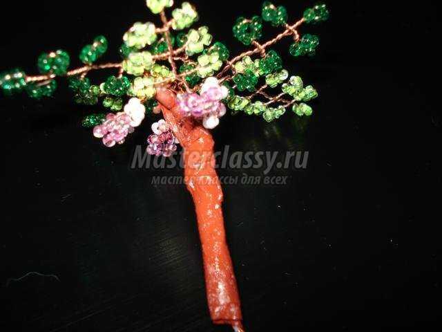 Наше дерево из бисера - глициния уже готово.  Осталось только посадить его в горшочек.  Если у вас нет пустого...