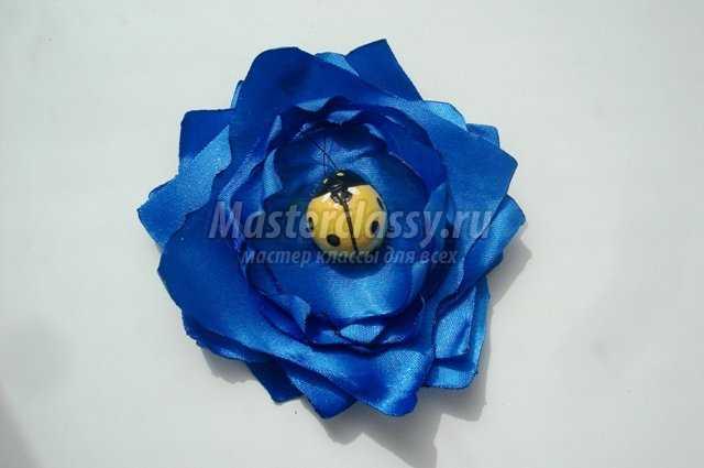 Цветок из атласных лент на резинку
