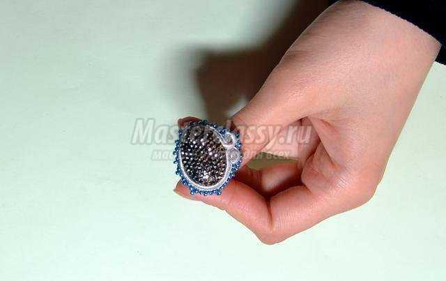 Вот такие украшения из бисера - кольцо и серьги получились у меня.
