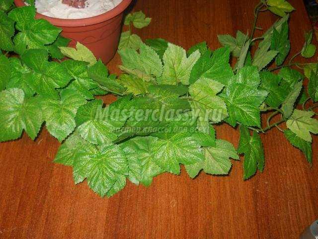 клематис из бисера и искусственных листьев.