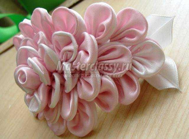 Белый цветок из атласных лент