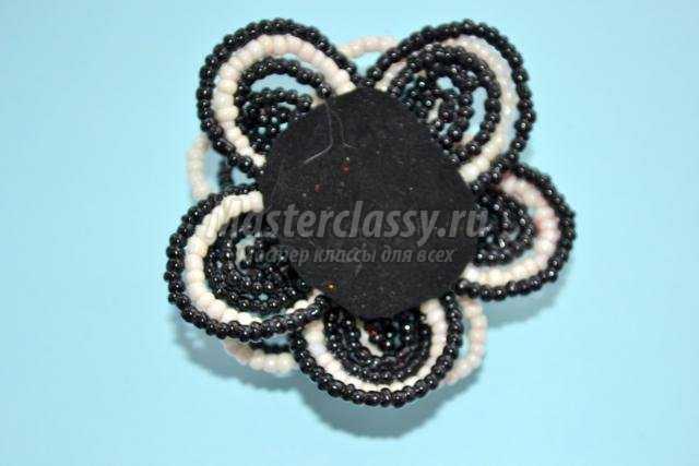 Готовое украшение из бисера можно обильно покрыть лаком, тогда цветок не потеряет форму.