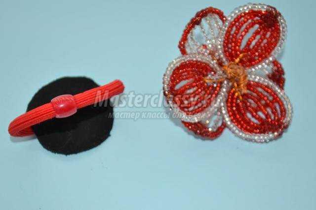 резинка для волос с цветком из бисера.