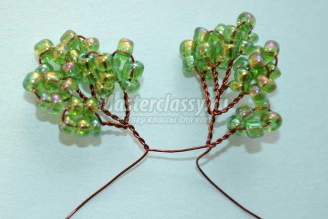 Для дерева...  Шаг 3: Когда на ветке появится достаточное количество маленьких листочков из бисера, концы проволоки...