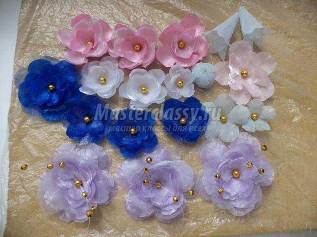 Приклеиваем цветы из ткани на