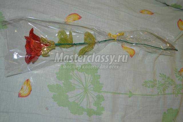 Оформила я. Берём...  Автор: Вильдеманова Юлия. розу из бисера. одела в прозрачный пакетик (в который в цветочных...
