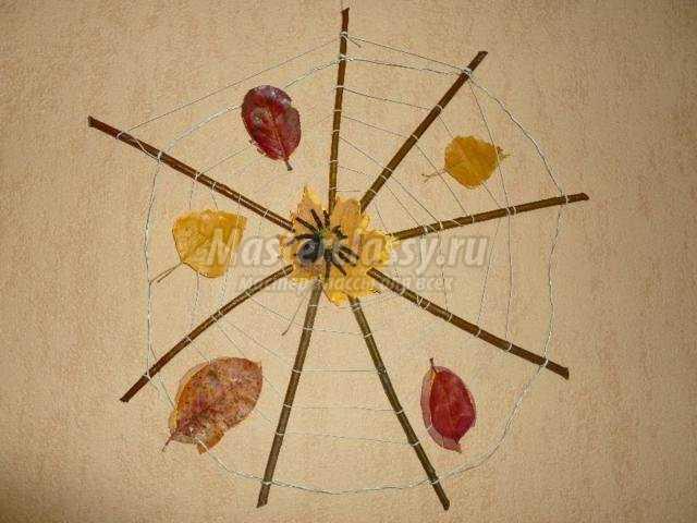 осенняя поделка из веток и листьев. Паучок на паутинке