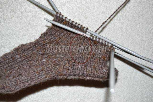 вязаные спицами тапочки-носки на готовой подошве