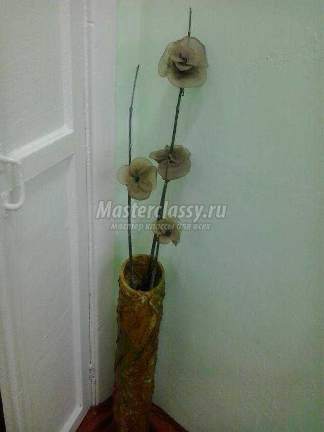 напольная ваза из трубы от линолеума с капроновыми цветами