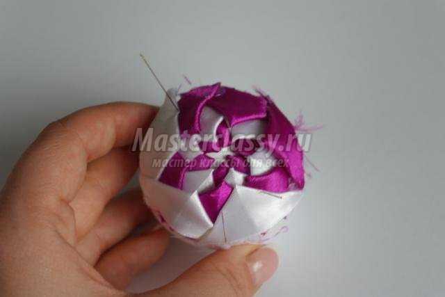 Елочный шар из лент своими руками