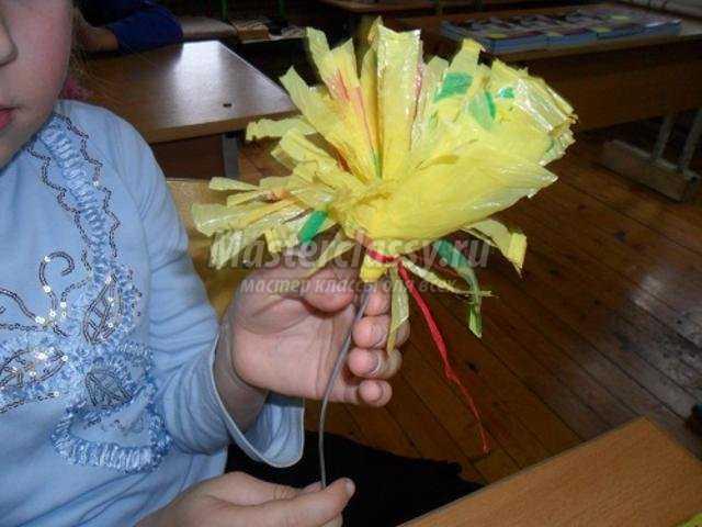 цветы из полиэтиленовых пакетов в вазе
