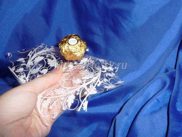 Совет 1: Как украсить бутылку шампанского конфетами
