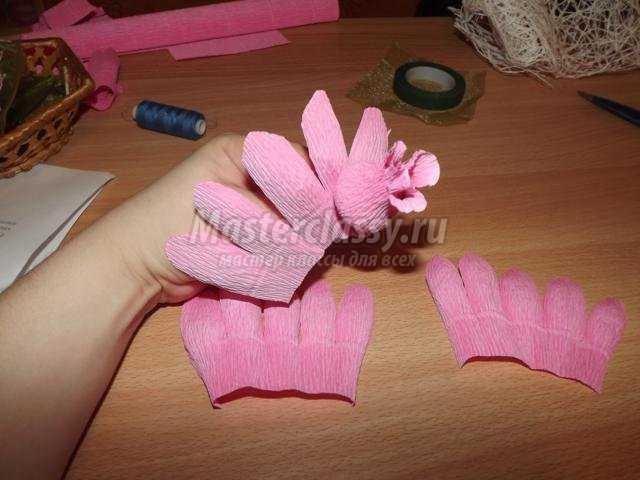 Как сделать цветок из бумаги внутри конфета