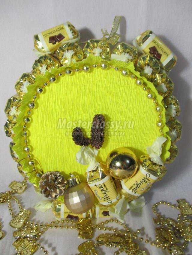 подарки на Новый год своими руками. Часы из конфет