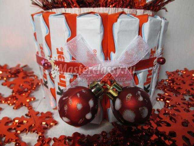 подарки на Новый год. Торт из киндеров