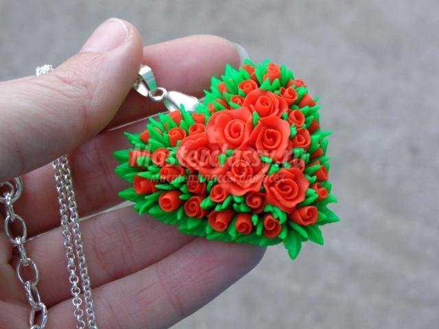 Кулон с цветами из глины