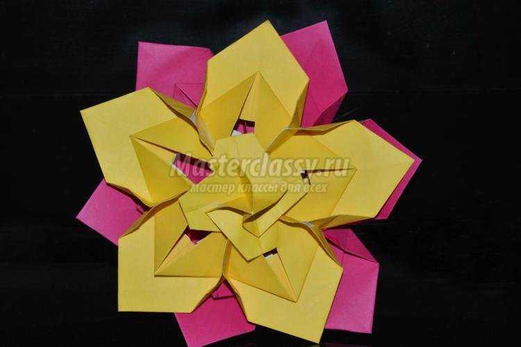 Цветок из модулей на 8 Марта
