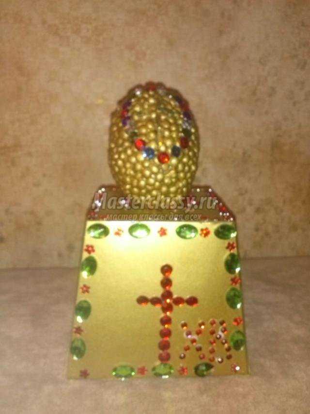 Пасхальное яйцо, декорированное горохом