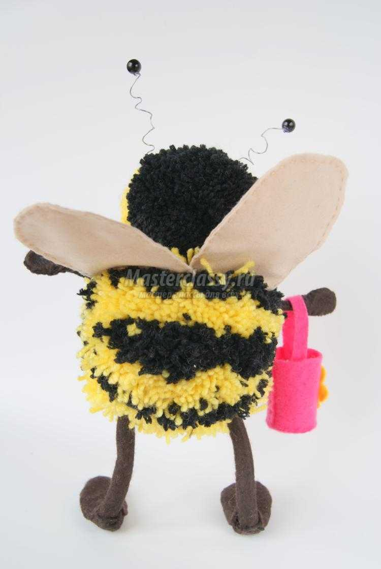 поделки из помпонов. Пчела
