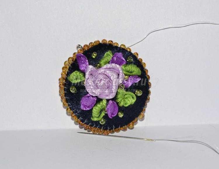 комплект украшений с вышивкой лентами. Серьги и кулон