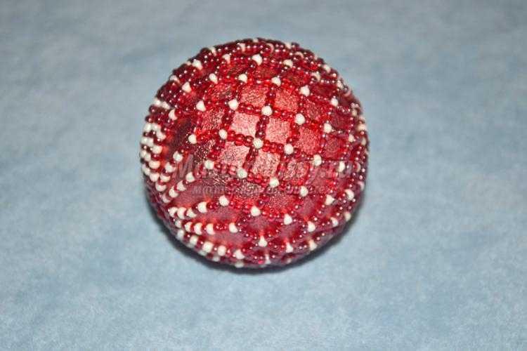 елочные шары, оплетенные бисером