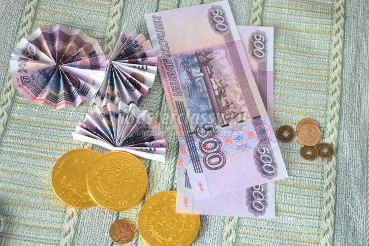 денежная подкова с монетами и шоколадом