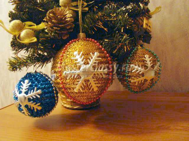 Новогодние шары из мишуры своими руками