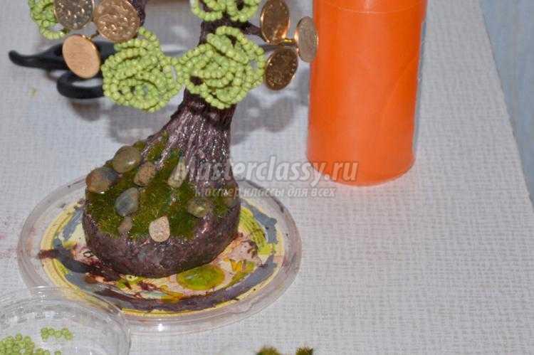 денежное дерево из крупного бисера с монетками