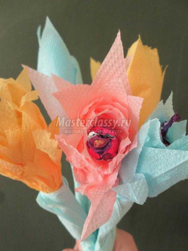 Цветы из салфеток с конфетами