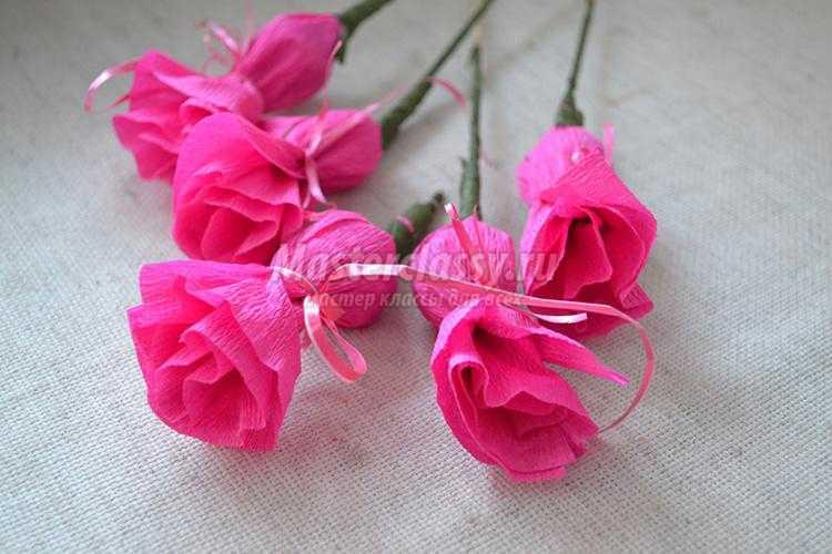 Цветы из гофробумаги и конфет фото 16