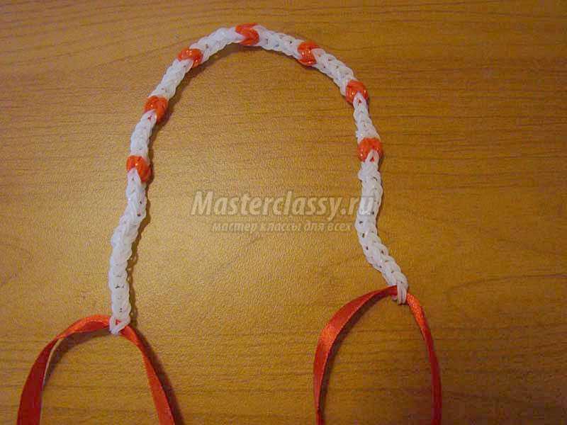 Как плести ожерелье из резинок на рогатке