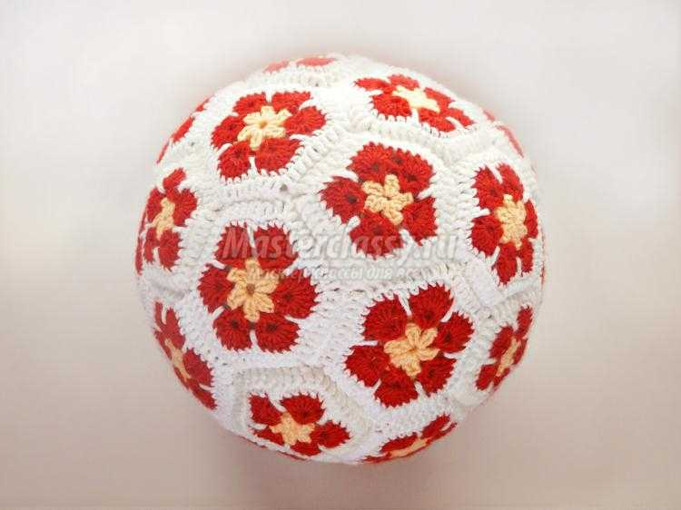 Вязаная подушка-мячик крючком