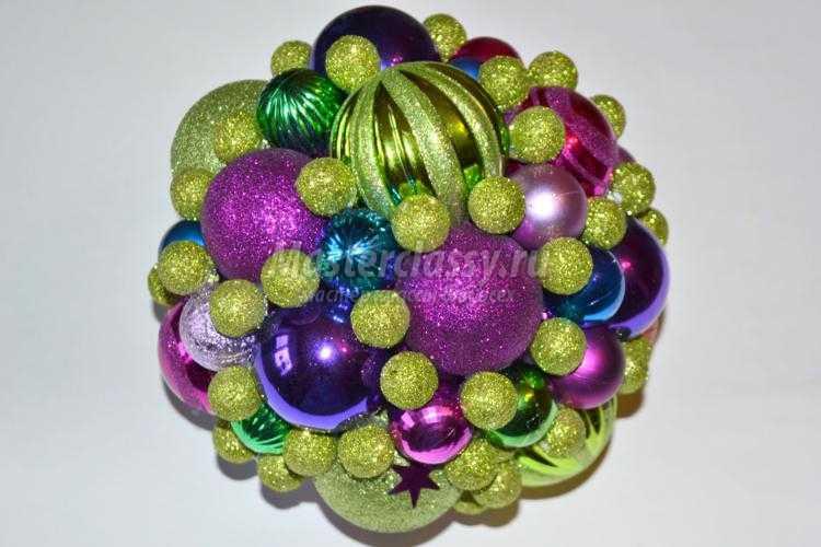 новогодний топиарий из елочных шаров