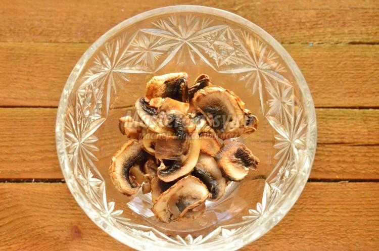 грибной салат с салями, огурцом и сыром