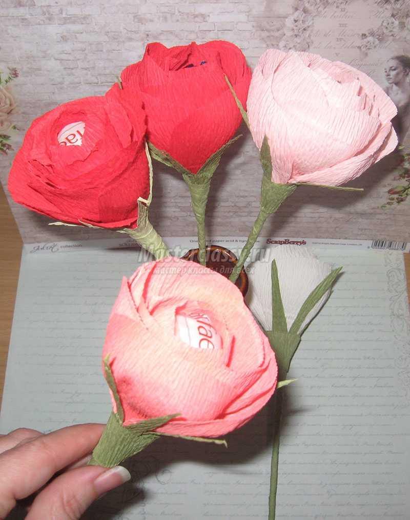 Розы из гофрированной бумаги без конфет