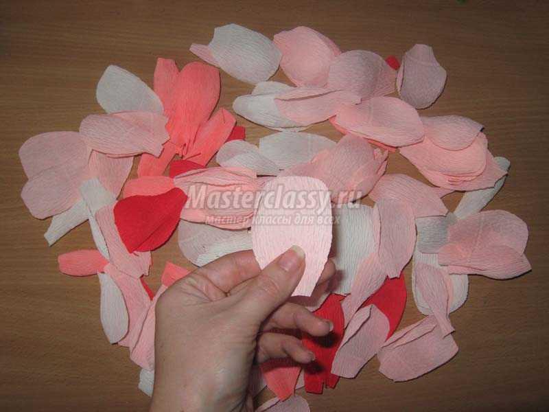 Цветы с конфетами рафаэлло из гофрированной бумаги