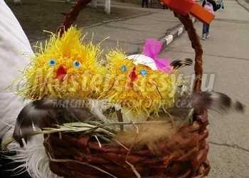 Плетение из газетных трубочек. Пасхальный сувенир «Цыплята в корзинке»
