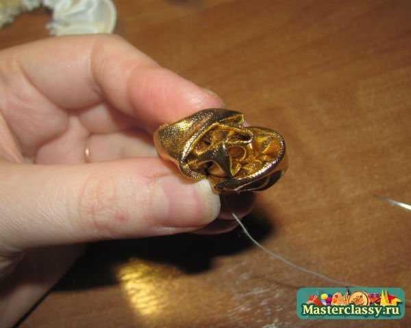 лепестки из ткани на подушке