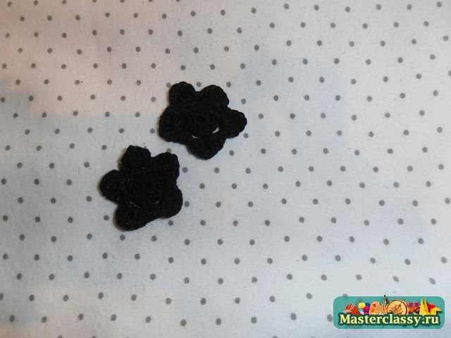 два черных цветка, выполненные крючком