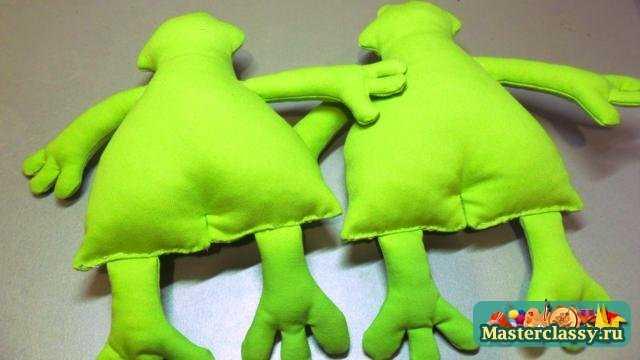 Игрушки своими руками. Веселые лягушки