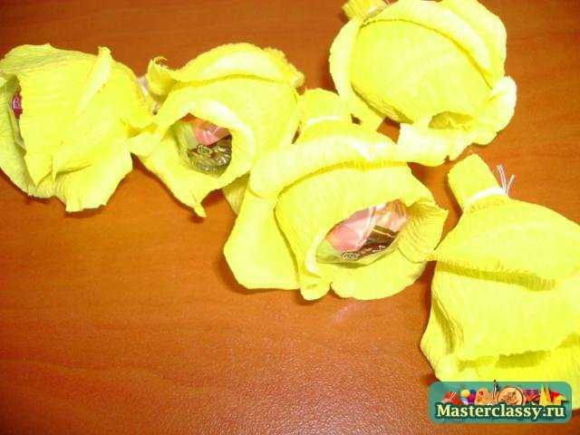 Цветы с конфетой внутри своими руками