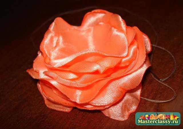Красивая заколка «Чайная роза» из атласной ленты своими руками