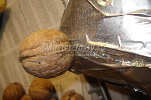 Елочка своими руками из орехов и шишек