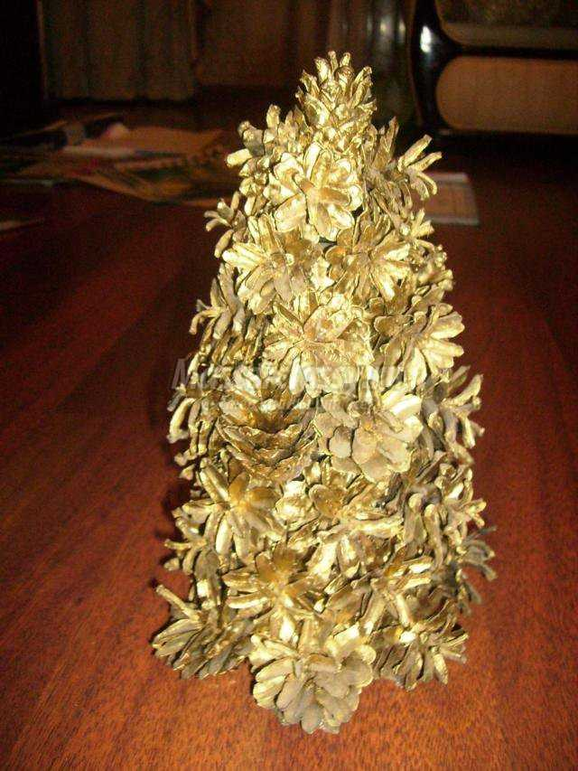 новогодние поделки из шишек. Золотая ёлочка своими руками