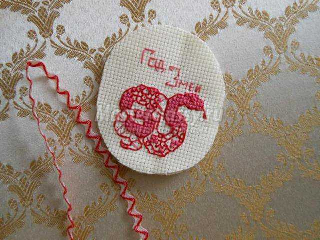 вышивка крестом новогодняя игрушка год змеи