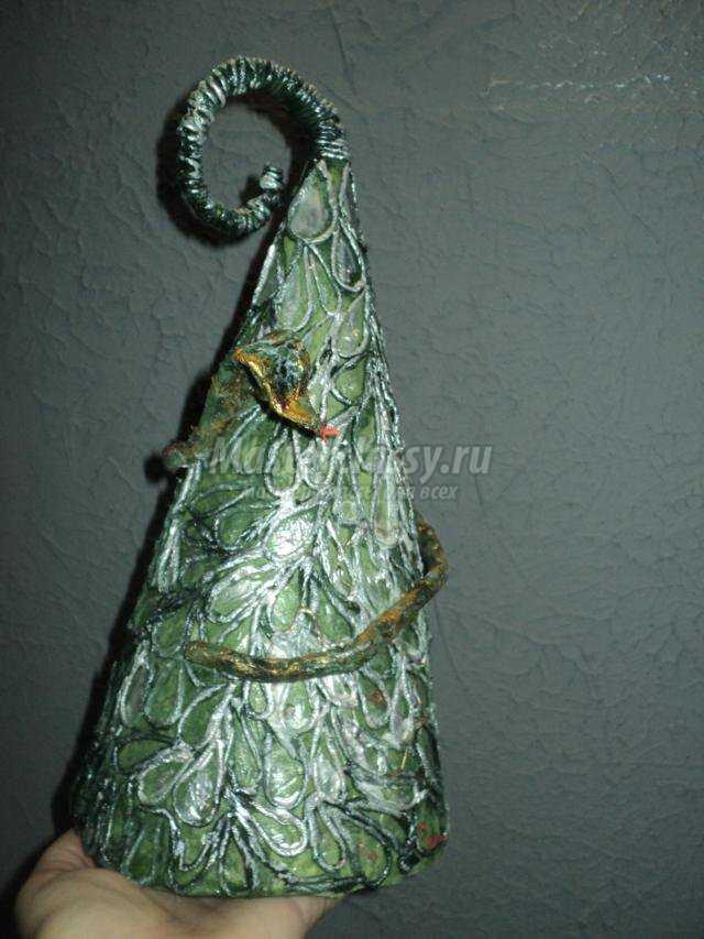 оригинальная елка из салфеточных нитей