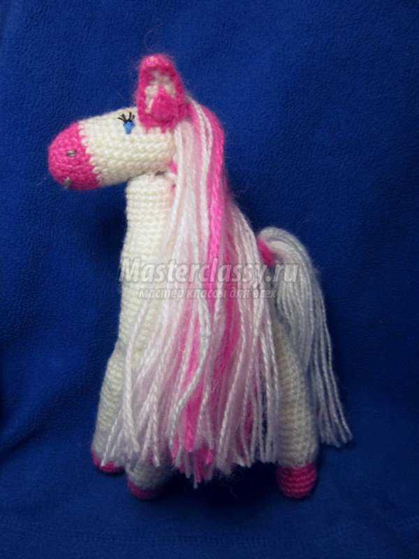 Вязание. Розовая лошадка