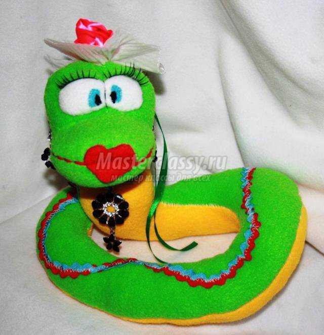 шитье игрушек. Змея из флиса