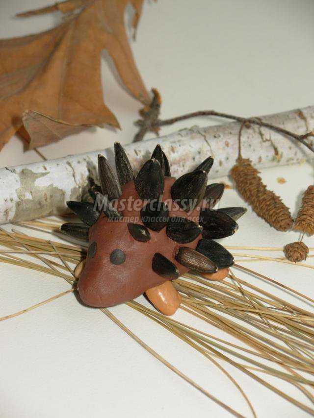 поделки из природных материалов и пластилина. Ежик