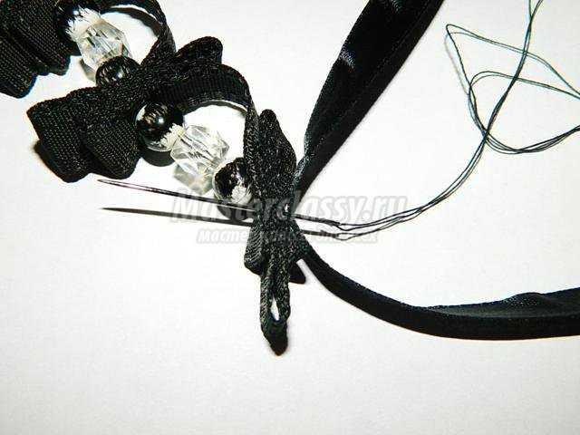 ожерелье из лент и бусин